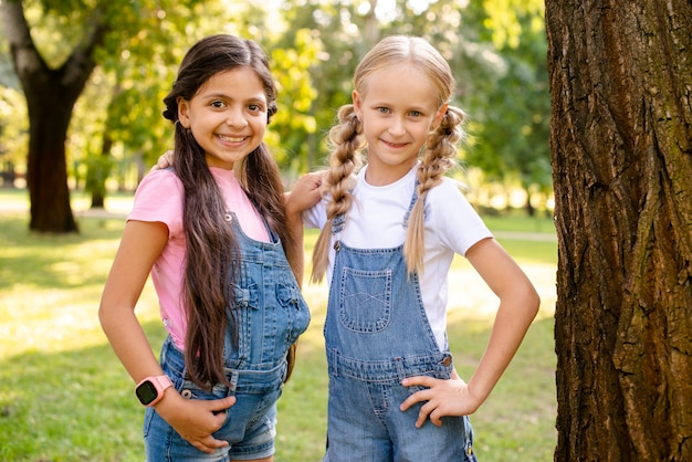 Dwie uśmiechnięte dziewczyny patrzą na siebie Darmowe Zdjęcia