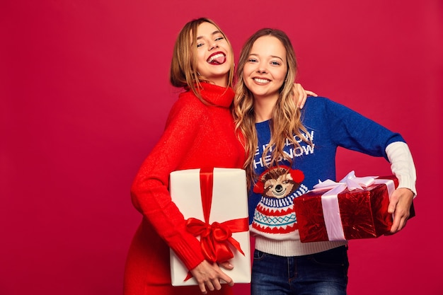 Dwie Uśmiechnięte Piękne Kobiety W Stylowych Swetrach Z Dużymi Pudełkami Prezentowymi Darmowe Zdjęcia