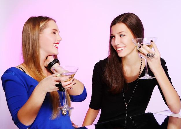 Dwie Wesołe Dziewczyny Z Kolorowymi Koktajlami Darmowe Zdjęcia