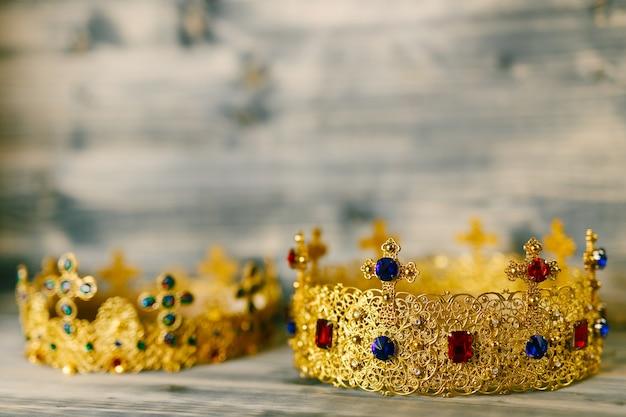 Dwie Złote Korony Wysadzane Drogocennymi Kamieniami Na ślub Religijny W Cerkwi Premium Zdjęcia