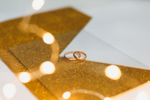 Dwie Złote Obrączki Na Złotym Tle. Premium Zdjęcia