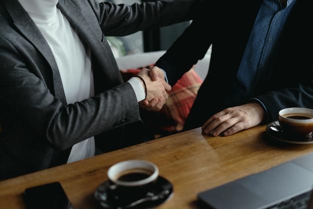 Dwóch Biznesmenów Drżenie Rąk Na Znak Zgody Darmowe Zdjęcia