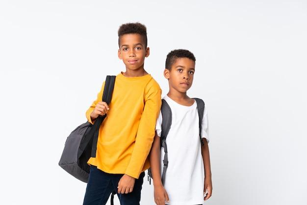Dwóch chłopców african american studentów nad białym Premium Zdjęcia