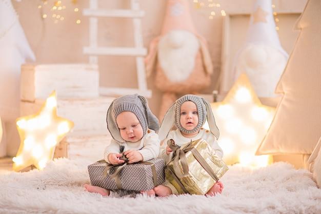 Dwóch Chłopców W Kostiumie świątecznym Premium Zdjęcia
