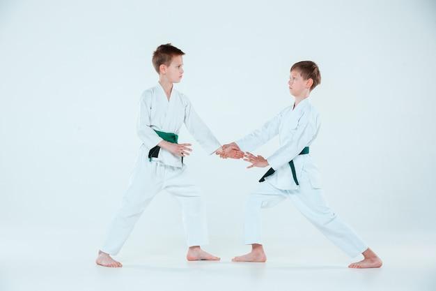 Dwóch Chłopców Walczących Na Treningu Aikido W Szkole Sztuk Walki. Pojęcie Zdrowego Stylu życia I Sportu Darmowe Zdjęcia