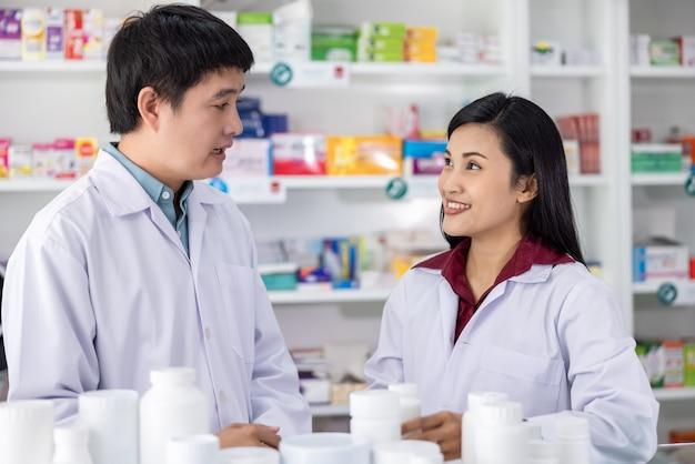 Dwóch Farmaceutów Płci Męskiej I żeńskiej Uśmiechając Się Zadowolony Z Usługi W Aptece Tajlandia Opieki Zdrowotnej I Koncepcji Biznesowej Premium Zdjęcia