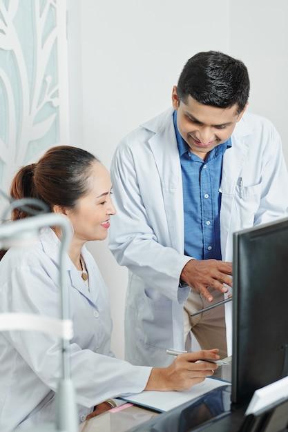 Dwóch Lekarzy W Zespole Premium Zdjęcia
