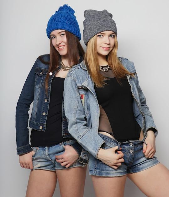 Dwóch młodych przyjaciół hipster dziewczyna stojąc razem Premium Zdjęcia
