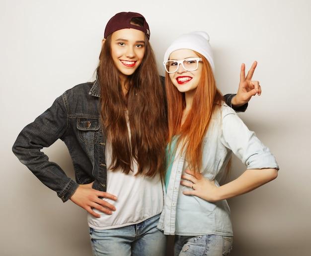 Dwóch Młodych Przyjaciółek Stojących Razem I Zabawy. Premium Zdjęcia