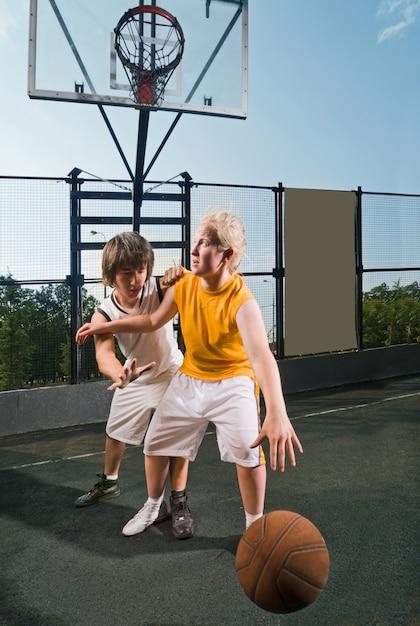 Dwóch nastoletnich graczy z koszykówki Darmowe Zdjęcia