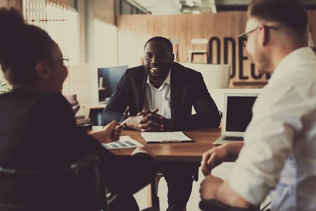 Dwóch osobistych rekruterów rozmawia z nowym pracownikiem Premium Zdjęcia