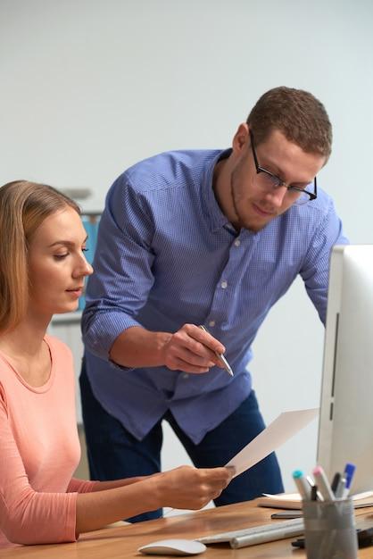 Dwóch Partnerów Biznesowych Omawiających Statystyki Biznesowe Za Pomocą Dokumentacji Darmowe Zdjęcia