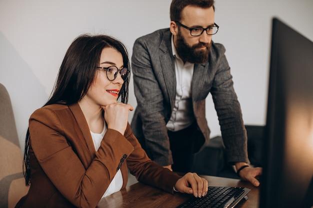 Dwóch Partnerów Biznesowych Pracujących Razem W Biurze Na Komputerze Darmowe Zdjęcia