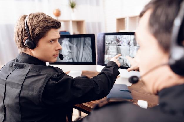 Dwóch Poważnych Mężczyzn Pracuje W Biurze. Premium Zdjęcia