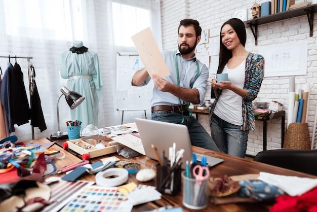 Dwóch Projektantów Mody, Patrząc Na Rysunek Mówić. Premium Zdjęcia