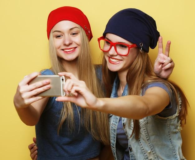 Dwóch Przyjaciół Młodych Hipster Dziewczyny Przy Selfie Na żółto Premium Zdjęcia