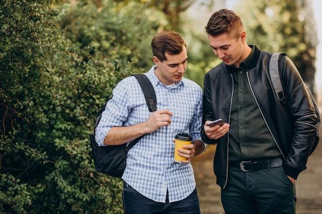 Dwóch Studentów Płci Męskiej Przyjaciół Picia Kawy Darmowe Zdjęcia
