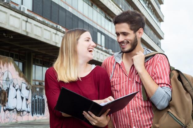 Dwóch studentów studiujących razem na zewnątrz Premium Zdjęcia