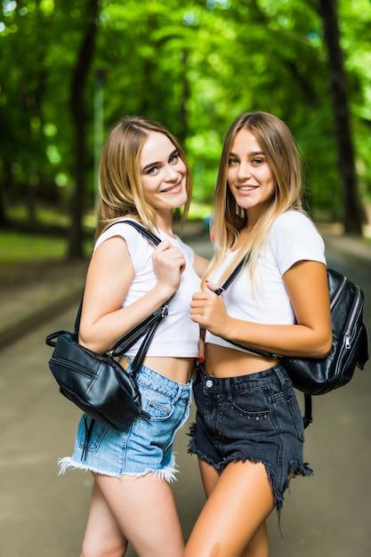 Dwóch Szczęśliwych Studentów Spacerujących I Rozmawiających Ze Sobą W Lecie Parku Darmowe Zdjęcia