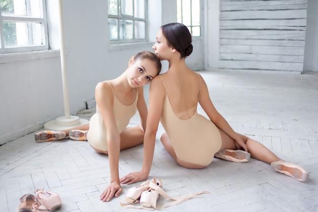 Dwóch Tancerzy Baletu Klasycznego Pozuje Na Białej Drewnianej Podłodze Darmowe Zdjęcia