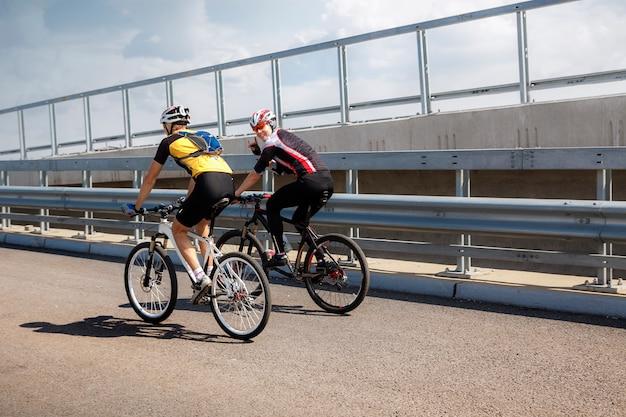 Dwóch Zawodowych Rowerzystów Jadących Na Treningach Premium Zdjęcia