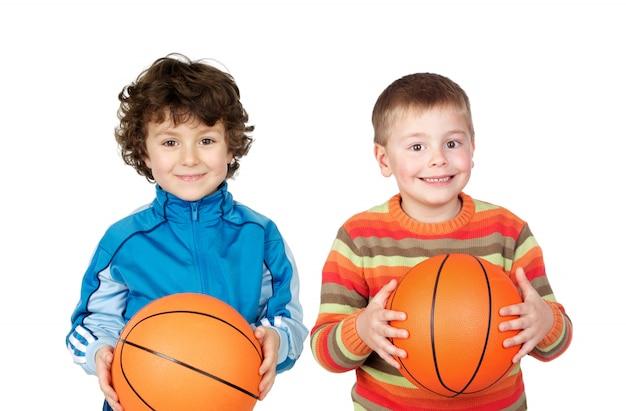 Dwoje dzieci z koszykówką Premium Zdjęcia