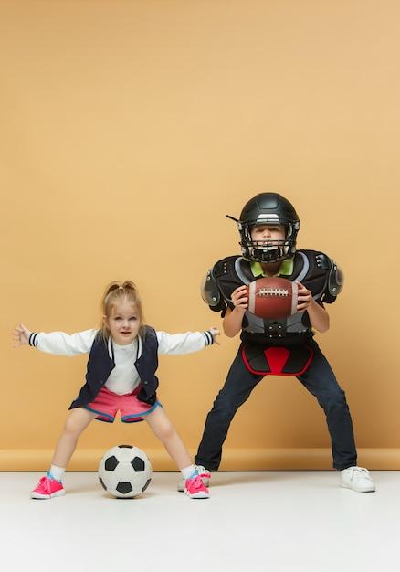 Dwoje Szczęśliwych I Pięknych Dzieci Pokazuje Inny Sport. Darmowe Zdjęcia