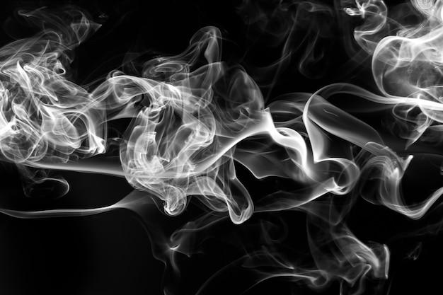 Dym Z Białego Kadzidła Na Czarnym Tle. Ogień Premium Zdjęcia