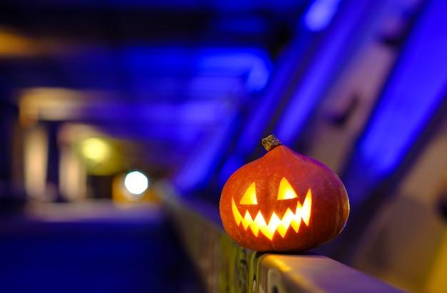 Dynia Halloween W Ciemności Na Niebieskim Tle Abstrakcyjna Przemysłowych. Premium Zdjęcia
