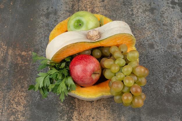 Dynia Z Jabłkami I Winogronami Na Marmurowej Powierzchni. Darmowe Zdjęcia