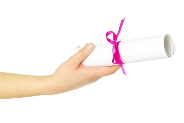 Dyplom Z Czerwoną Wstążką W Ręku Na Białym Tle Premium Zdjęcia