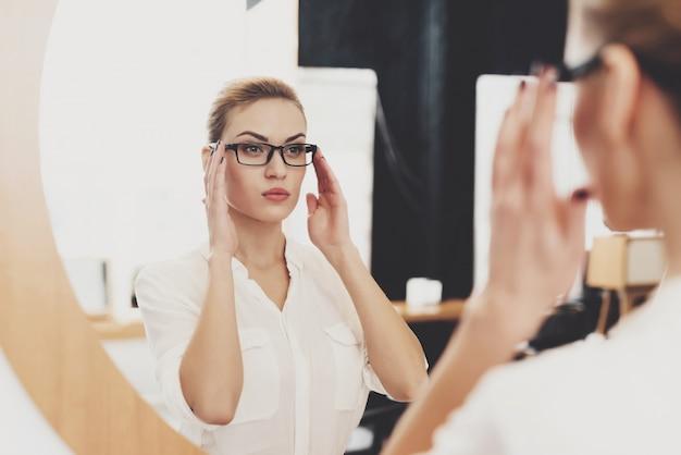 Dyrektor Hr Pracuje W Biurze. Kobieta Sprawdza Jej Makijaż W Lustrze. Premium Zdjęcia