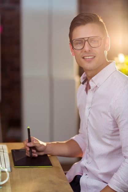 Dyrektor Wykonawczy Za Pomocą Tabletu Graficznego Premium Zdjęcia