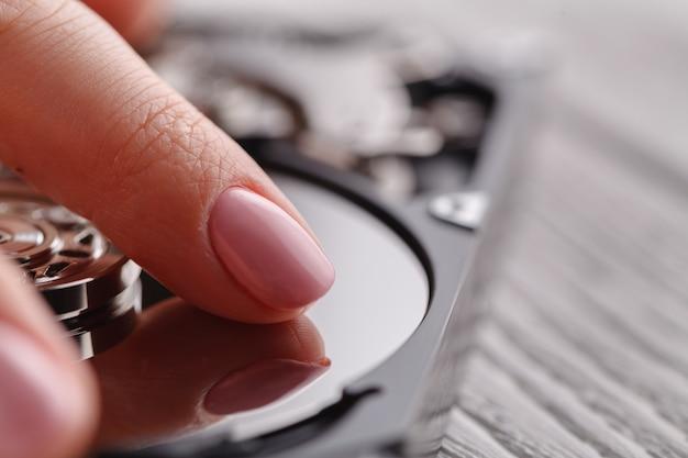 Dysk Twardy Epairing, Dotykając Go Rękami Premium Zdjęcia