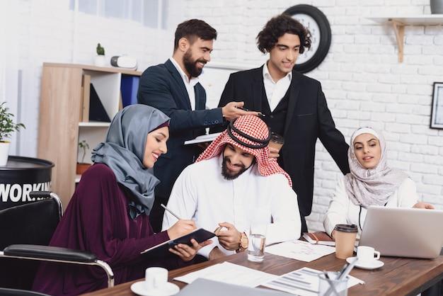 Dyskusja na temat spotkania w biurze wyłączona businesslady. Premium Zdjęcia