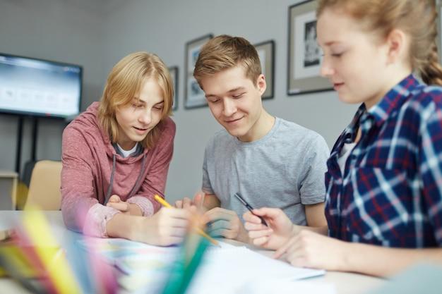 Dyskusja Uczniów W Domu Darmowe Zdjęcia