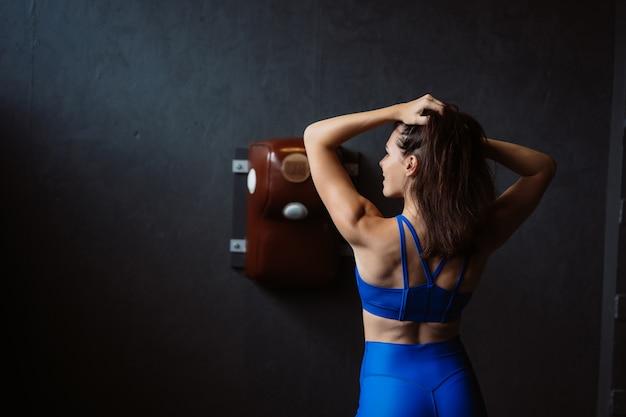 Dysponowana Kobieta Pozuje Na Kamerze. Osobisty Trener Pokazujący Jej Formę. Piękno Nowoczesnego Sportu. Darmowe Zdjęcia