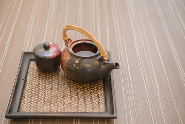 Dzbanek do herbaty ze szkłem na stole Premium Zdjęcia