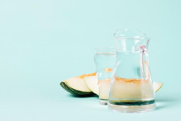 Dzbanek i szklanka wody z kawałkami melona Darmowe Zdjęcia