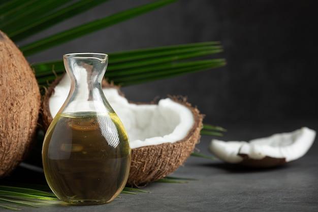 Dzbanek Oleju Kokosowego Odrobina Kokosa Umieścić Na Ciemnym Tle Darmowe Zdjęcia