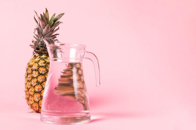 Dzbanek wody i pełnowymiarowy ananas Darmowe Zdjęcia