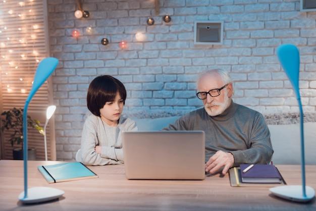 Dziadek I Wnuczek Za Pomocą Laptopa Razem Premium Zdjęcia