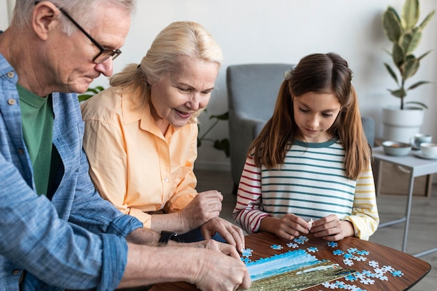 Dziadkowie I Dziewczyna Robi Puzzle Z Bliska Darmowe Zdjęcia