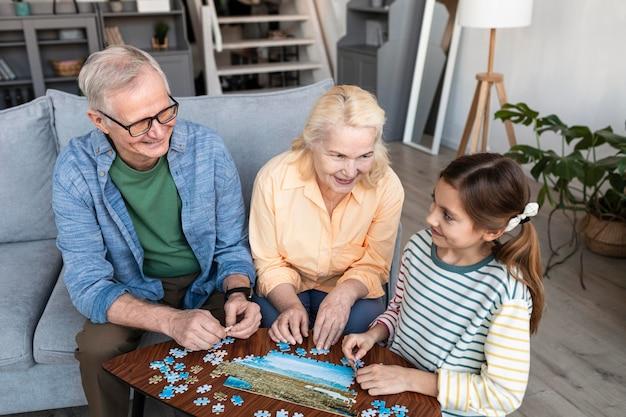 Dziadkowie I Dziewczyna Robi średni Strzał Puzzle Darmowe Zdjęcia
