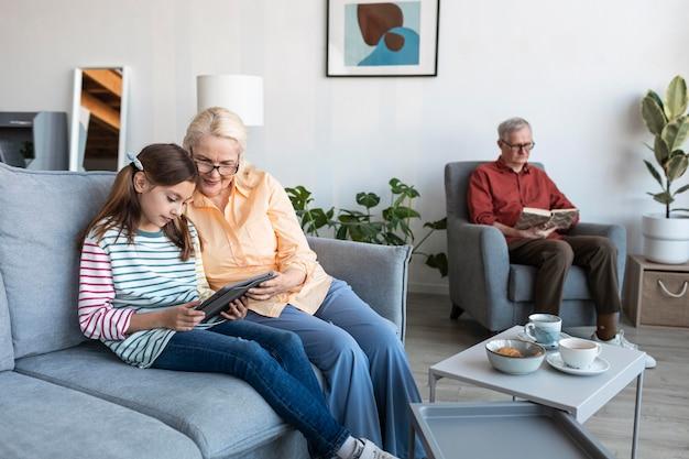 Dziadkowie I Dziewczyna Z Laptopem W Pomieszczeniu Darmowe Zdjęcia