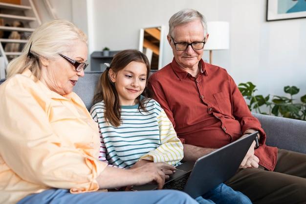 Dziadkowie I Dziewczyna Z Laptopem Darmowe Zdjęcia