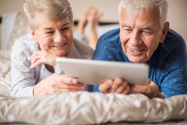 Dziadkowie Odpoczywają Podczas Korzystania Z Cyfrowego Tabletu Darmowe Zdjęcia