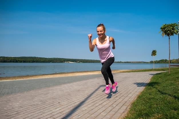 Działająca dziewczyna na plaży Premium Zdjęcia
