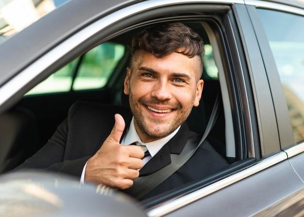 Działalności Człowieka W Samochodzie Kciuki Do Góry Premium Zdjęcia
