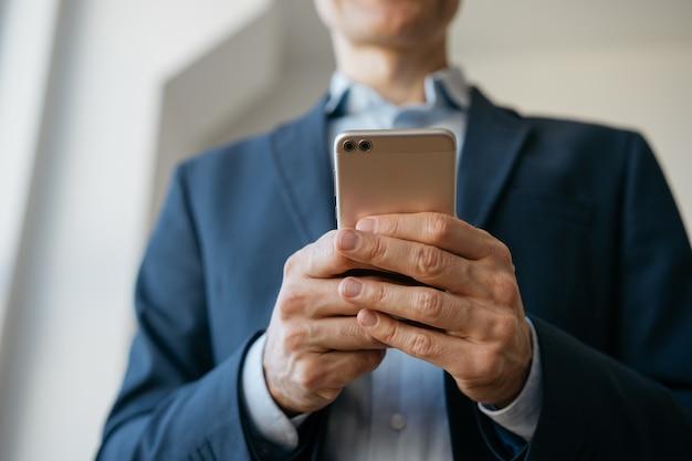 Działalności Człowieka Za Pomocą Telefonu Komórkowego, Komunikacji, Pracy Online, Skupić Się Na Rękach Premium Zdjęcia